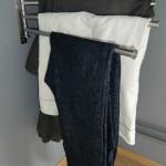 Een oplossing is simpel: bevestig een handdoekenrek aan je muur! Kleding kan verdeeld worden over 3 á 4 haken en met stofzuigen staat het niet in de weg.